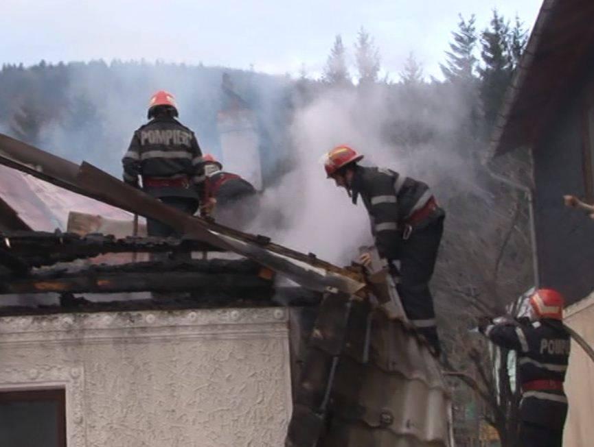 Peste 50 de incendii, în judeţ, din cauza arderii vegetaţiei uscate