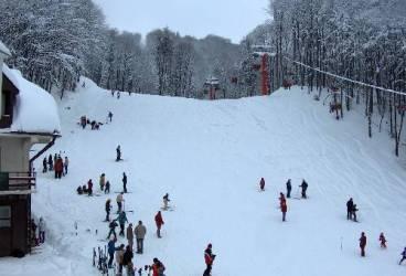 Mergi la munte în weekend? Află pe ce pârtii poţi schia