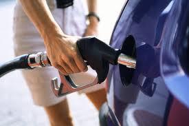 O nouă taxă, inclusă în preţul benzinei, în analiza Guvernului