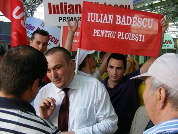 De ziua sa, Iulian Bădescu îşi face cadou bannere din ce în ce mai mari