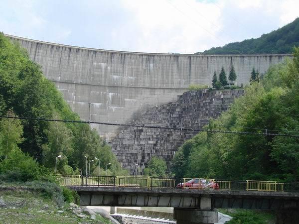 Ploile au umplut barajele Paltinu şi Măneciu. Urmează evacuări controlate