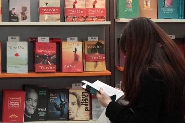 Bookfest 2012 : La Romexpo, prahovenii au putut da mâna cu Michel Houllebecq