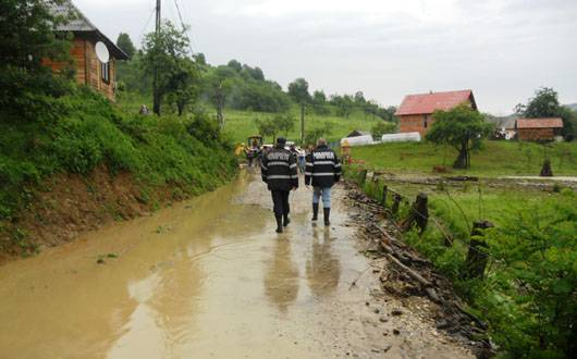 Lista drumurilor blocate din cauza precipitaţiilor abundente