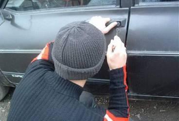 Minor de 15 ani bănuit că ar fi furat 5 autoturisme din Ploieşti
