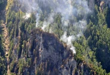 Incendiul din Bucegi nu a fost stins. Intervenţia pompierilor continuă