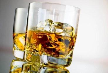 Depozit ilegal de băuturi alcoolice descoperit la Băicoi
