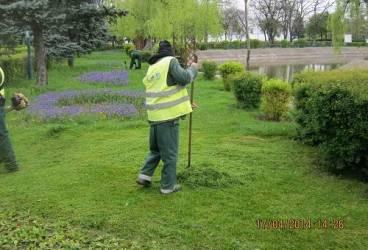 PLOIEŞTI. Curăţenie în parcuri şi pe spaţiile verzi
