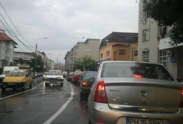 Semaforul de la intersecţia străzii Tache Ionescu cu Republicii, un coşmar pentru şoferi