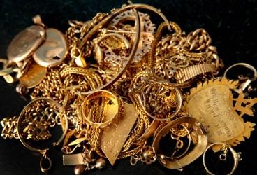 Bijuterii,stilouri din aur,ceasuri de lux furate dintr-o casă din Vălenii de Munte. Suspectul a fost arestat preventiv