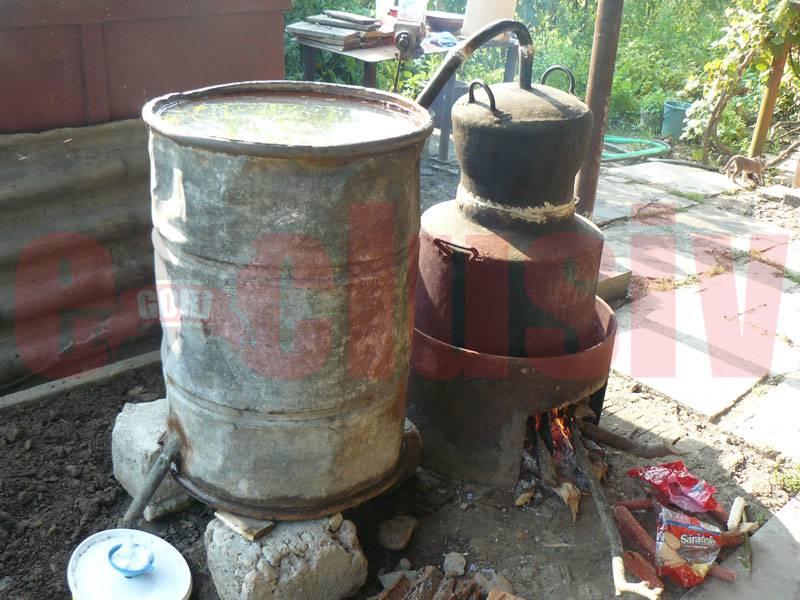 10.000 de litri de băuturi alcoolice şi 4 tone de combustibil descoperite în gospodăria unei femei din Scorţeni – Mislea