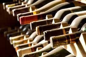 VIDEO – 38.000 de litri de vin, instalaţii clandestine şi 58.000 de lei indisponibilizaţi după percheziţiile de azi