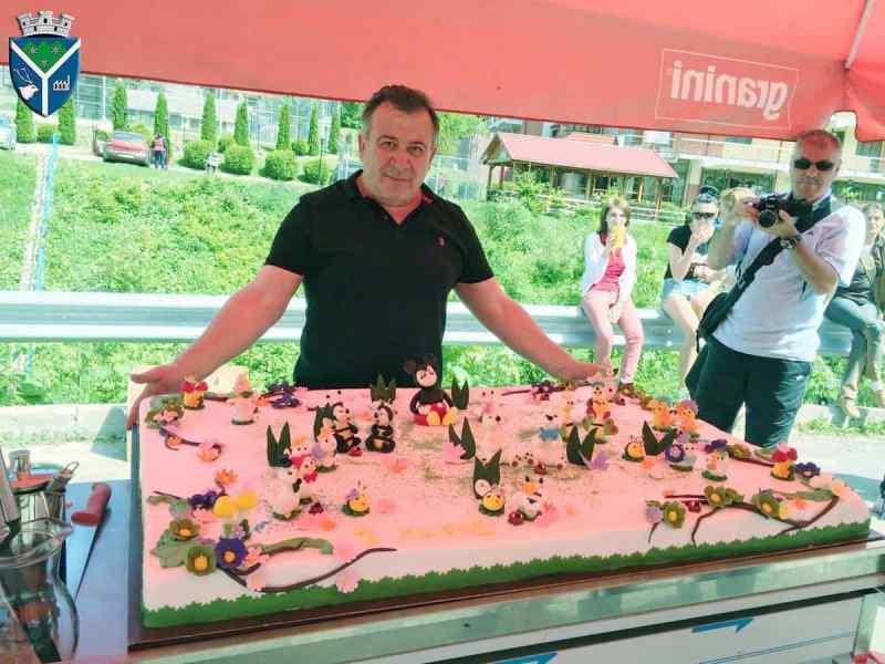 Un tort uriaş, premii şi distracţie maximă pentru copiii din Azuga, la crosul organizat pentru ei