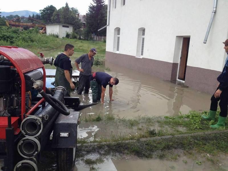Furtuna a făcut ravagii în 11 judeţe. Zeci de copaci rupţi, acoperişuri distruse şi persoane izolate de ape