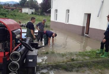Pompierii intervin pentru scoaterea apei din 19 locuinţe şi 39 de curţi din Prahova. Râul Teleajen, sub cota de atenţie