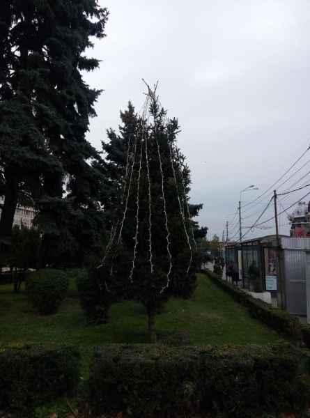 SGU a început să monteze instalaţiile luminoase de sărbători în Ploieşti