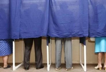 La o secţie din Ploieşti, alegătorii drăcuiesc şi rup buletinele de vot în cabine. Află de ce…