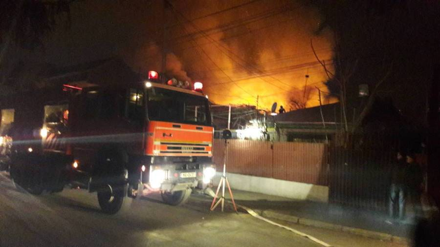 Un incendiu puternic a cuprins mai multe case din Cartierul Dorbanţul – Ploieşti