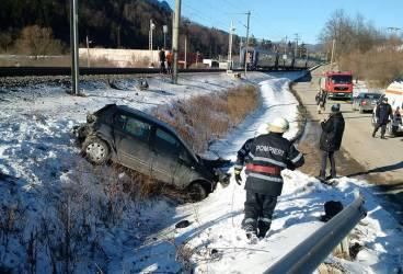 Imagini cu maşina lovită de tren la Buşteni