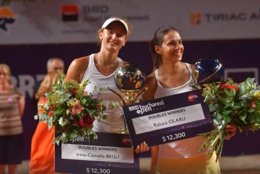 Irina Begu si Raluca Olaru cu trofeul, cecurile si florile de la dublu BRD Bucharest Open, gsp.ro