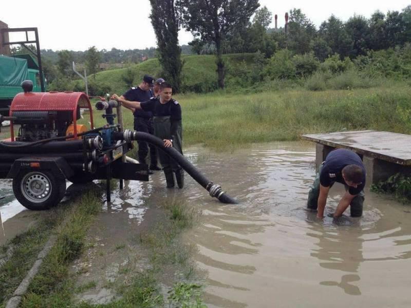 Trafic îngreunat la Bărcăneşti din cauza apei de pe carosabil