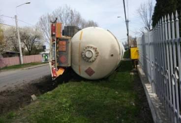Cisternă cu GPL răsturnată în cartierul Mihai Bravu din Ploieşti
