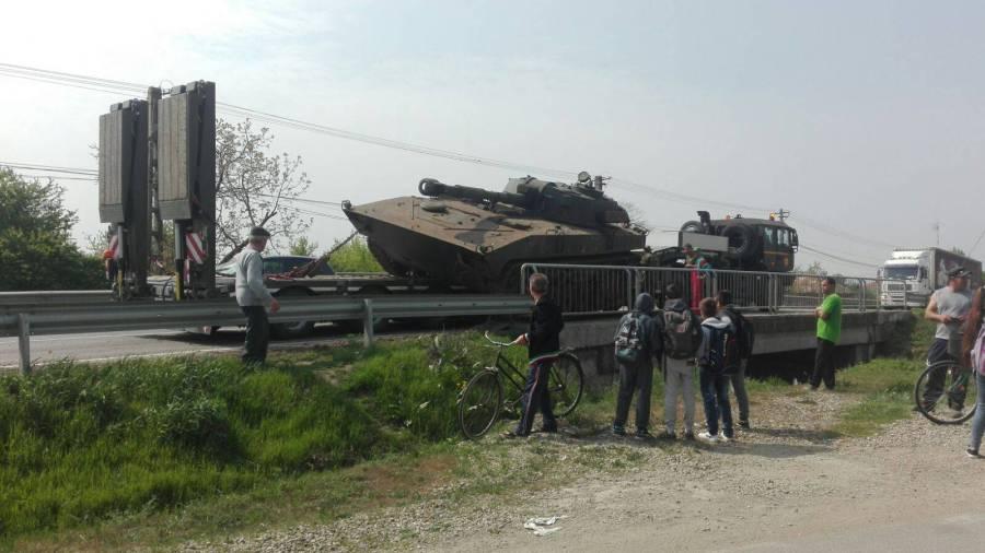 Un tanc a căzut de pe un trailer pe DN1B, la Loloiasca
