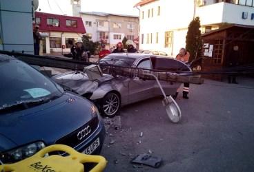 Şofer omorât de un stâlp căzut peste maşină, în faţa Primăriei Floreşti