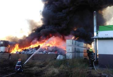 Incendiu cu bis la fabrica de mase plastice din Pleaşa