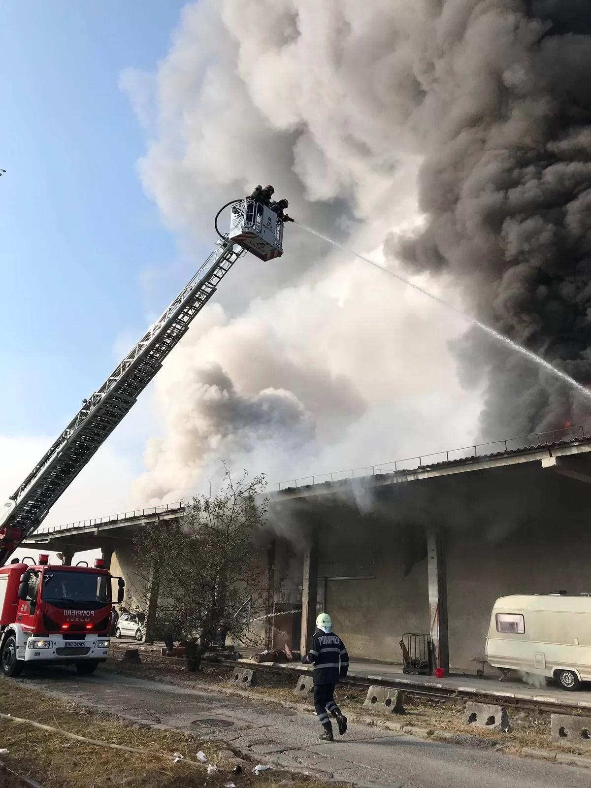 Luni, alt incendiu la Ploieşti, la un depozit de textile (video)