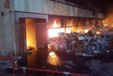 Pompierii inundă în totalitate hala din Mimiu, ca să stingă incendiul