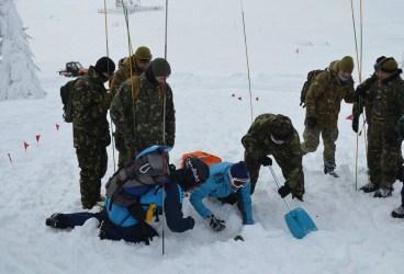 Intervenţie pentru salvarea unui grup de 30 de turişti surprinşi de avalanşă