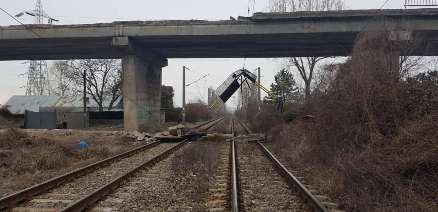 Podul de pe Centura Ploieştiului cade peste calea ferată