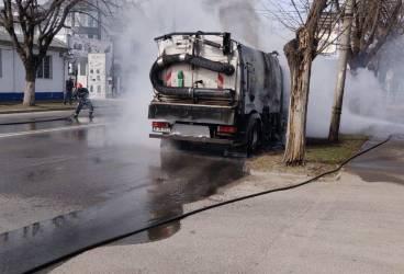 O mașină de salubritate a luat foc în trafic, în Ploiești (video)