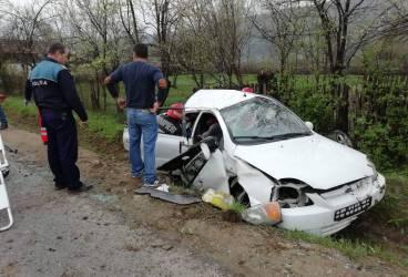 Autoturism făcut praf într-un cap de pod, la Vărbilău