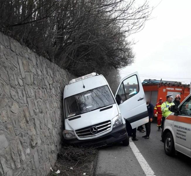 Un microbuz plin de oameni s-a izbit de parapet la Nistoreşti