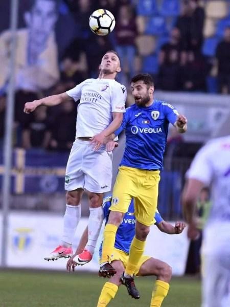 """Ce s-a întâmplat în pauza derbiului FC Petrolul – FC Argeș? Nu pot ține băieții lui Gigi Mulțescu același """"stroc"""" 90 de minute? Sau ce altceva?"""