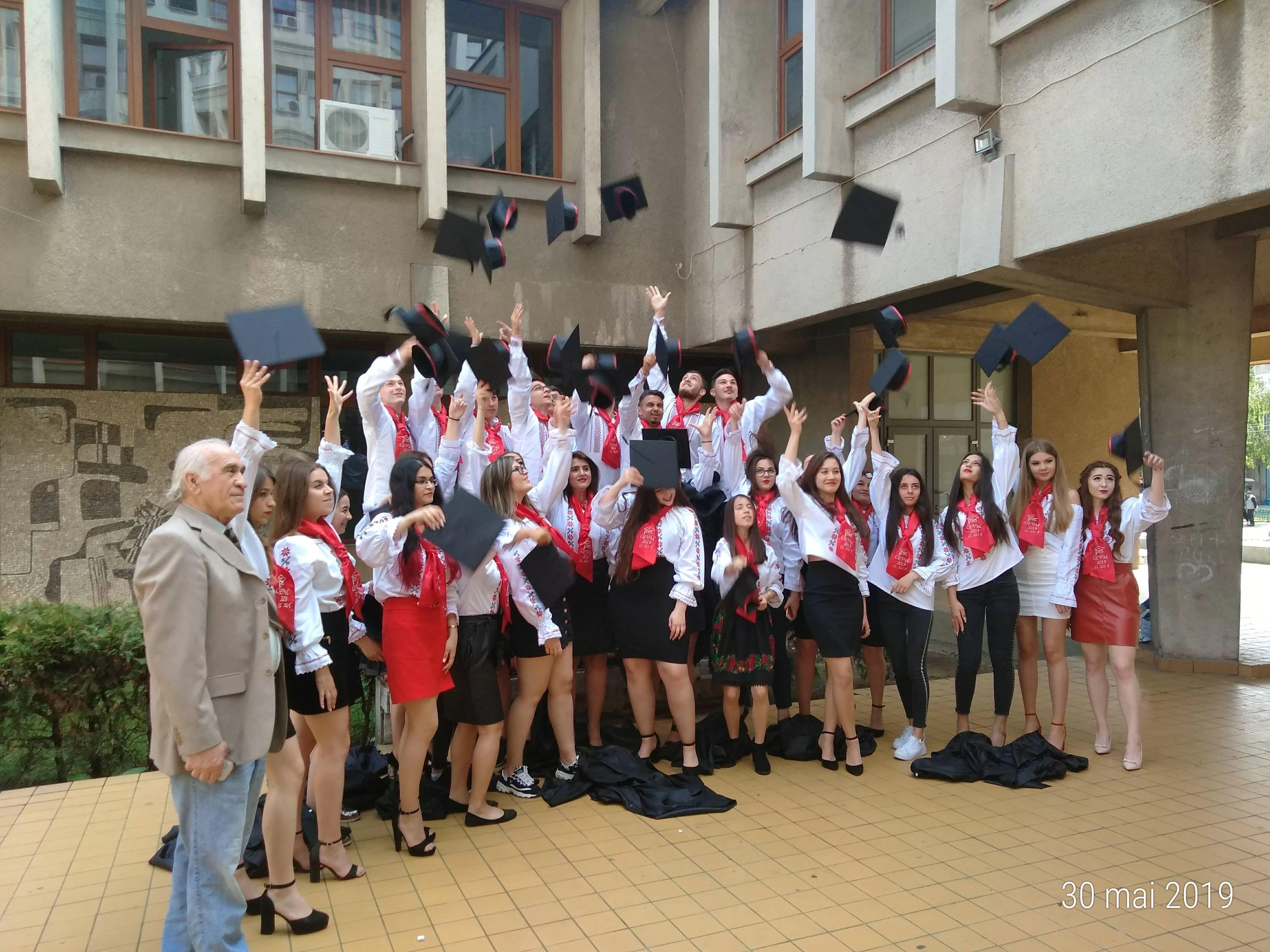 """Absolvenţii Colegiului Economic """"Virgil Madgearu"""", festivitate emoţionantă de despărţire de liceu"""