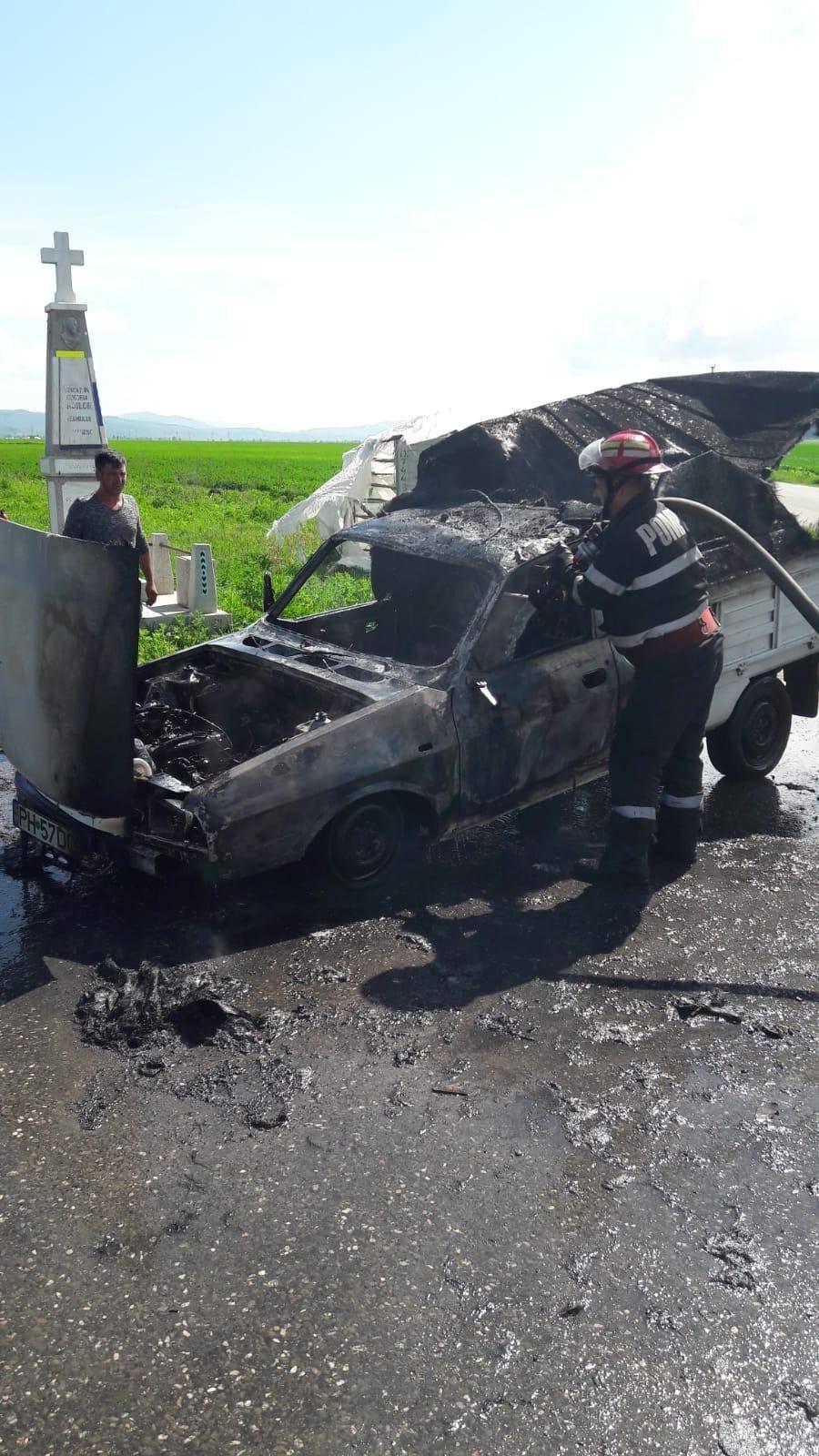 Maşină făcută scrum pe marginea drumului