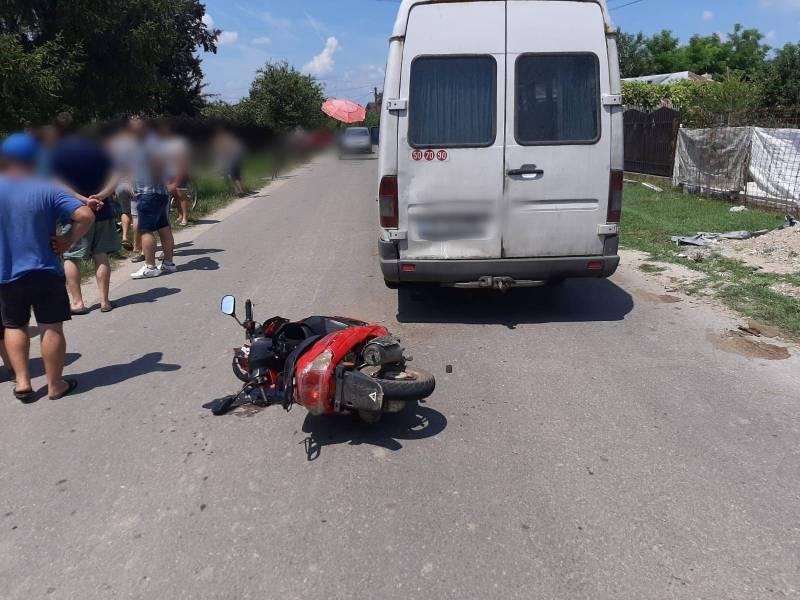 Un scuter cu doi copii pasageri s-a buşit de un microbuz