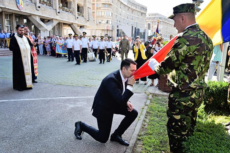 Drapelul Naţional, sărutat şi înălţat pe catarg la Ploieşti!