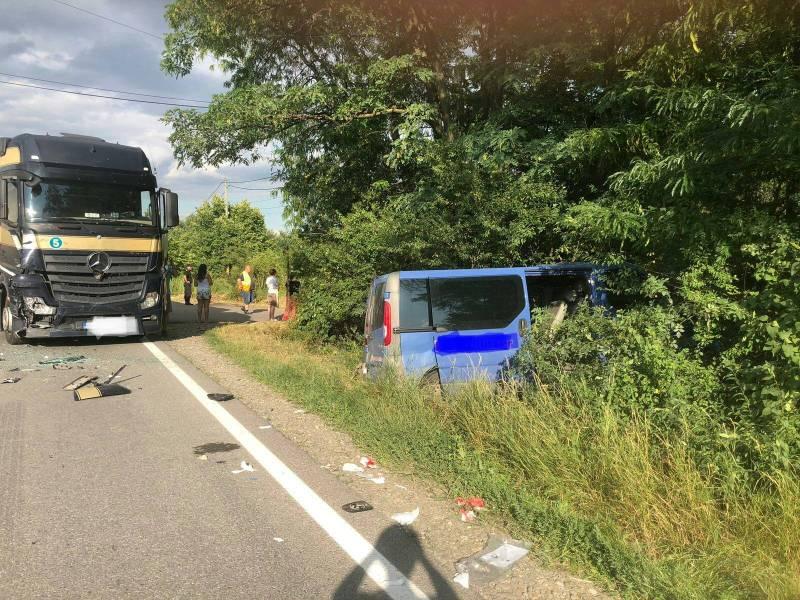 Mircobuz cu pasageri şi TIR, implicate în accident la Parcul Industrial Ploieşti
