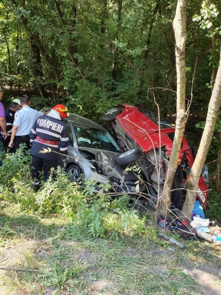 Accident la Pucheni cu maşini mototolite printre copaci