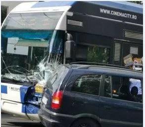 Accident în Ploieşti, cu troleibuz şi autoturism implicate