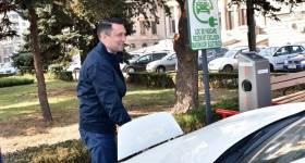 Stație de încărcare gratuită pentru vehicule electrice, pusă la dispoziţia ploieştenilor la Consiliul Judeţean