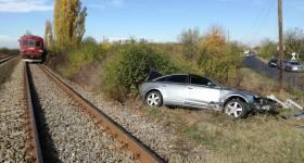Autoturism pulverizat de tren la trecerea la nivel cu calea ferată, la Drăgăneşti
