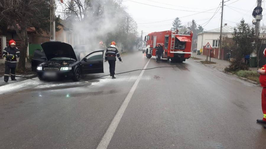 Un autoturism a luat foc în mers, la Mizil