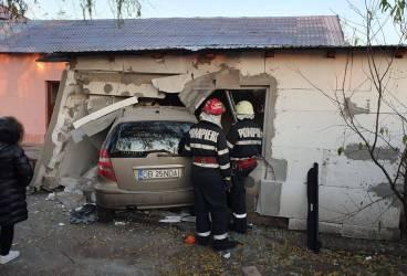 Accident cu o maşină înfiptă în zid, în sudul Ploieştiului