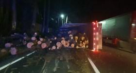 TIR încărcat cu lemne s-a răsturnat la Posada, pe DN1