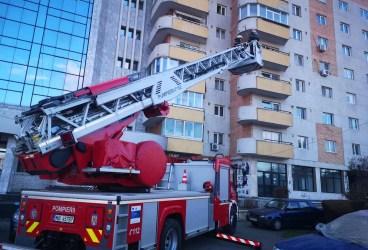 """""""Ţurţuri"""" de tencuială în pericol să cadă de pe un bloc din Ploieşti, curăţaţi de pompieri"""