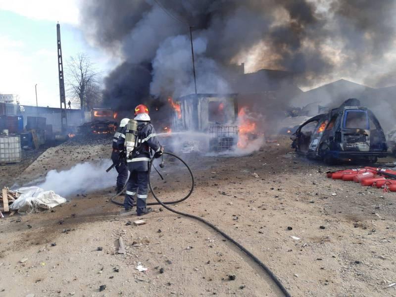 Autoutilitatră plină cu baterii de telefon a luat foc cu tot cu un centru de autoturisme dezmembrate, la Pleaşa